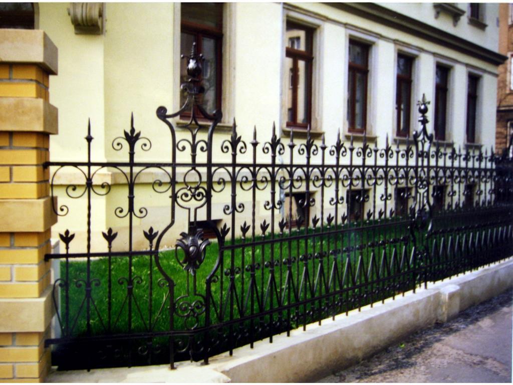Restauration schmiedeieserne Zaun und Toranlage in Dresden